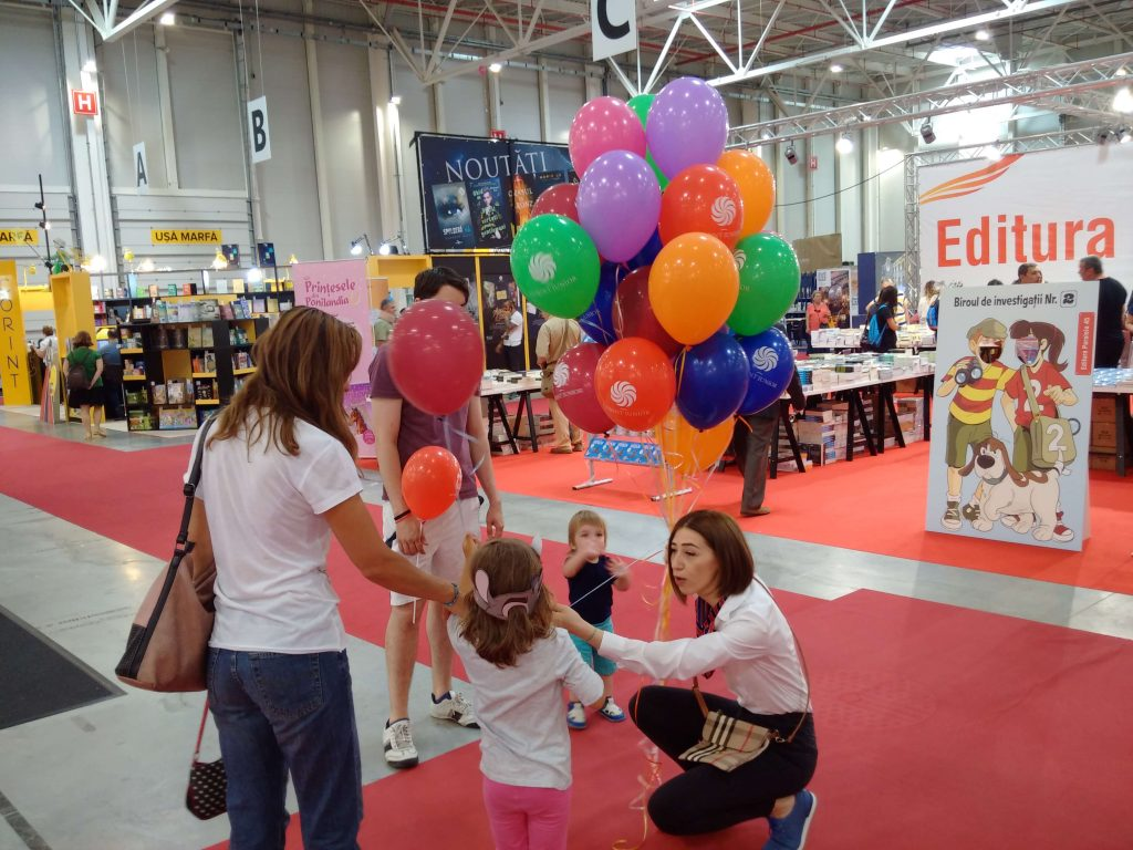 Editura prezenta la Romexpo ofera baloane personalizate umflate cu heliu micilor participanti